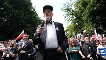 Janusz Korwin-Mikke ogłasza koniec pandemii i goli brodę