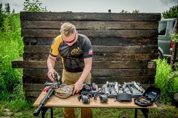 Mistrz Polski w strzelectwie dynamicznym prezentuje swój arsenał. Jeden pistolet może kosztować nawet 20 tys. zł.