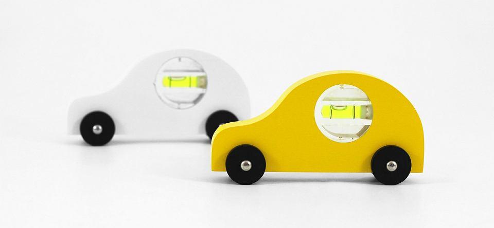 Zabawki autorstwa Bartosza Muchy wykonane z łatwo dostępnych materiałów - szczotki do butów, poziomicy