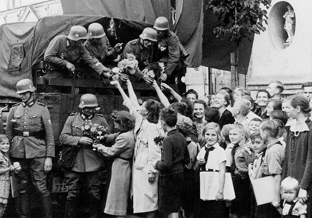 Niemieccy mieszkańcy Wolnego Miasta Gdańska witają entuzjastycznie żołnierzy Wehrmachtu. 8 października Adolf Hitler dekretem oficjalnie przyłączył miasto do prowincji pruskiej
