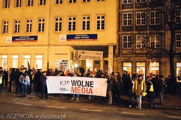 16.12.2016 Gdansk , siedziba PiS . Strajk KODu przeciwko cenzurze w sejmie .  Fot . Bartosz Banka / Agencja Gazeta SLOWA KLUCZOWE: MANUAL gdansk cenzura media wolne kod /FR/