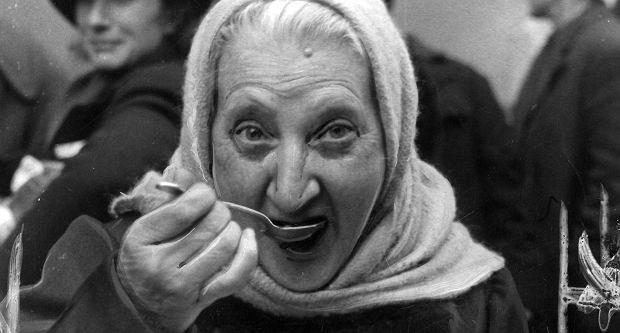 Powtarza się jak mantrę, że gdyby nie komunizm, kapitalistyczna Polska rozkwitłaby i byłaby równie bogata jak kraje Zachodu, a przynajmniej tak jak Hiszpania i Portugalia. Na zdjęciu: kobieta jedząca posiłek, Polska, październik 1939 r.