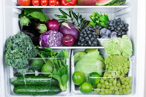 Istnieją zasady mówiące o tym, jak układać jedzenie w lodówce, by psuło się jak najmniej / Fot. Shutterstock.com