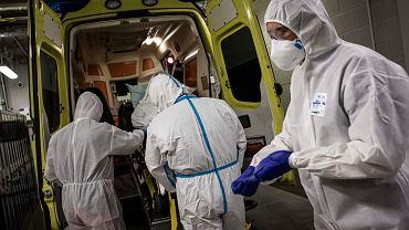30.10.2020 Belgia, Liege. Ratownicy medyczni transportują osobę chorą na COVID-19