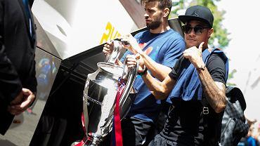Tak Gerard Pique i Neymar opuszczali hotel w Berlinie w niedzielę po wygraniu LM