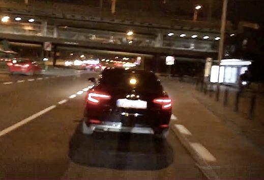 Kierowca uciekający z miejsca zdarzenia po wjechaniu w protestujących blokujących drogi, 26 października 2020 r.