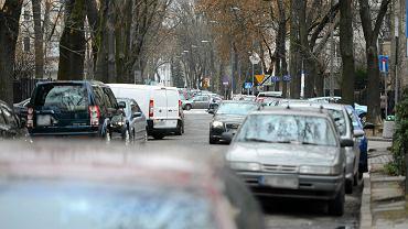 Kilkadziesiąt porysowanych samochodów na Saskiej Kępie. Liczba zgłoszeń na policji cały czas rośnie