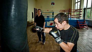 Dawid Jagodziński na treningu w hali Astorii. Obok trener Krzysztof Łajdyk
