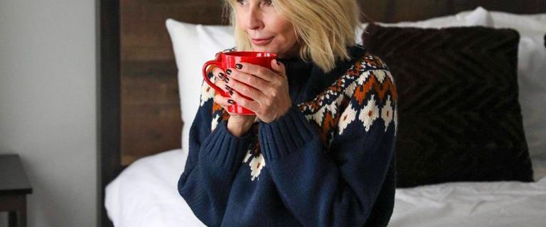 Moda po 60-tce: swetry w tym kolorze dodadzą szyku i blasku każdej kobiecie! Ich kolor subtelnie odmłodzi