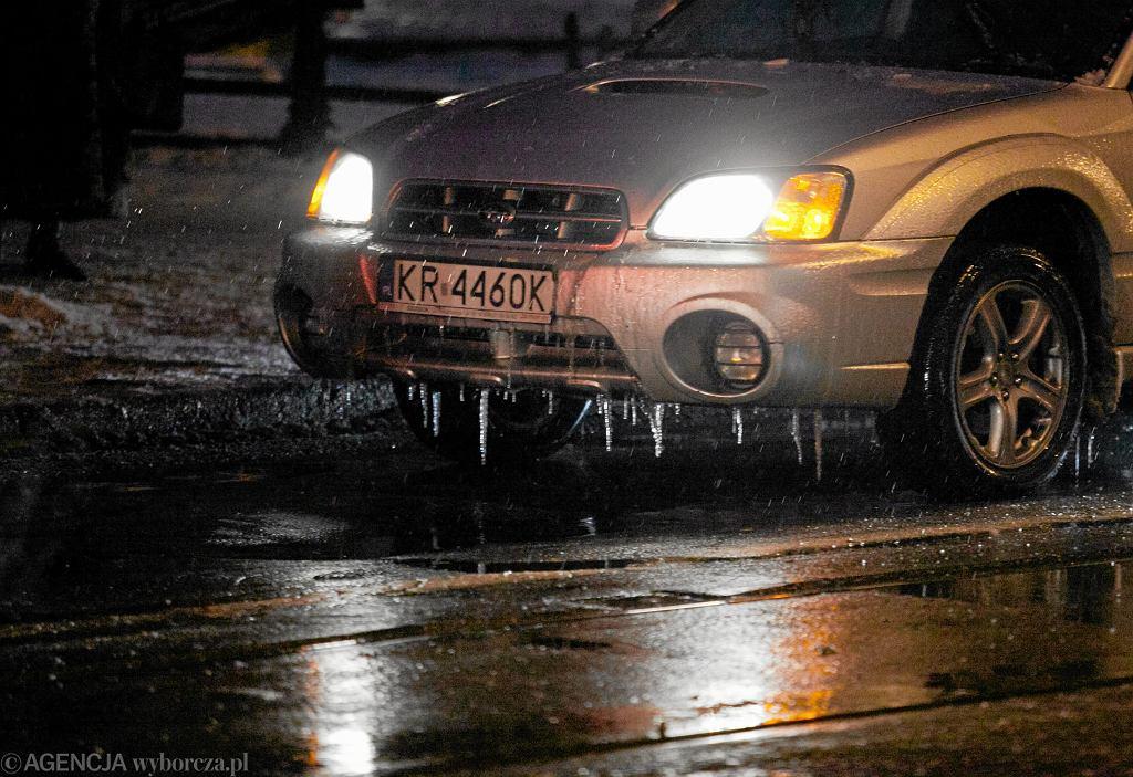IMGW ostrzega: drogi i chodniki będą dziś śliskie! (zdjęcie ilustracyjne)