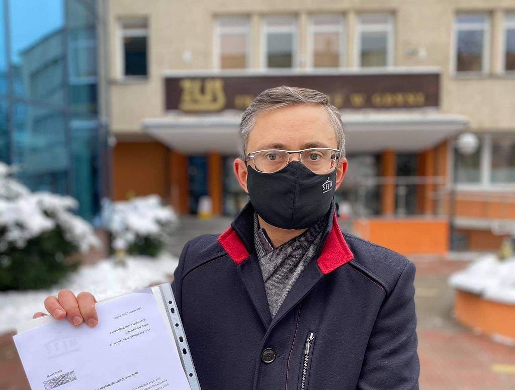 Poseł Lewicy Marek Rutka przed gdyńskim ZUS-em, z wnioskiem o 500+ na 'dziecko poczęte'