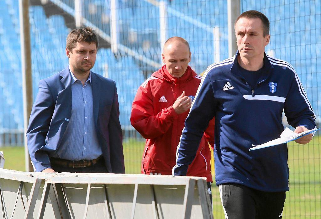 Trener Marcin Kaczmarek z prawej