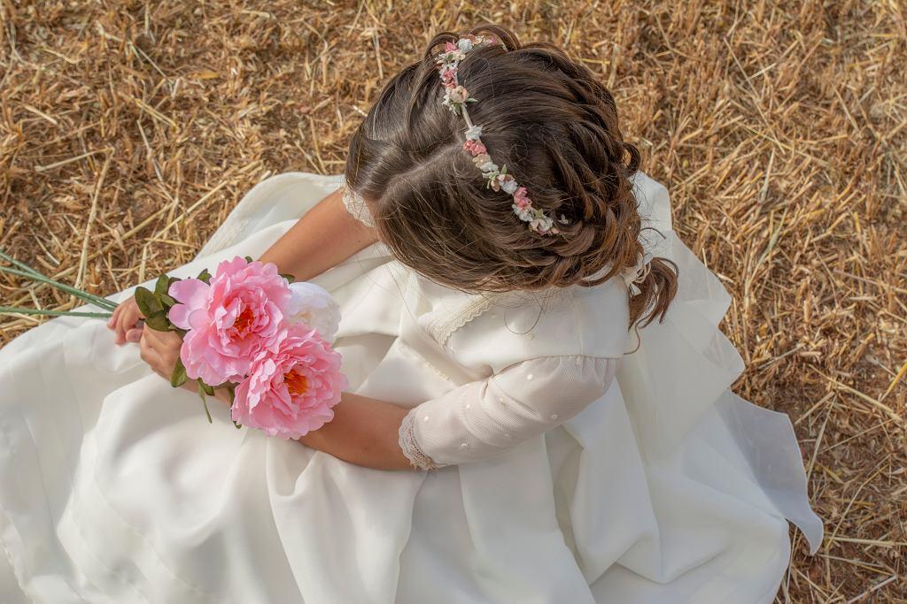 Fryzury komunijne dla dziewczynek w wersji boho są bardzo popularne. Zdjęcie ilustracyjne, Dolores Giraldez Alonso/shutterstock.com