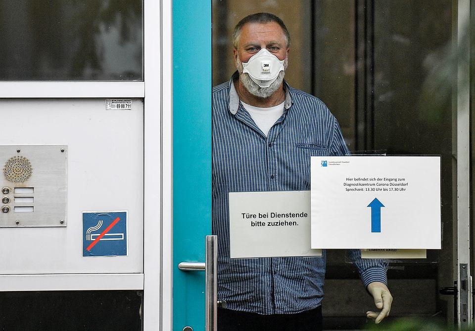 2.03.2020, Duesseldorf, pracownik centrum diagnozującego koronawirusa.