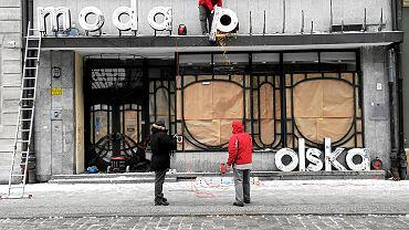 Wrocław, luty 2012 r. Demontaż neonu Moda Polska. W PRL-u mówiono: Paryż ma Chanelkę - Warszawa ma Grabolkę. Jadwiga Grabowska w zrujnowanej Warszawie otworzyła pierwszy po wojnie salon mody. Potem stworzyła Modę Polską - nadała jej styl i markę, której nie miała żadna podobna instytucja w demoludach. Przedsiębiorstwo prowadziło ponad 60 salonów mody i zatrudniało dwa tysiące osób. Moda Polska organizowała przynajmniej dwa razy w roku pokazy mody w Salonie przy Wiejskiej 20. Firma przetrwała do 1998 roku, założycielka Mody Polskiej zmarła 10 lat wcześniej