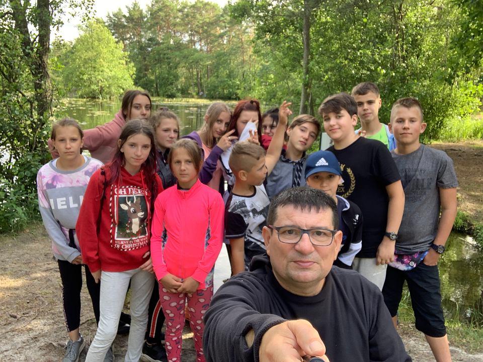 Janusz Romańczukiewicz na letnim obozie z rodzeństwem podopiecznych Wrocławskiego Hospicjum dla Dzieci