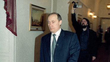 Witalij Manski (w tle) uwiecznia pierwsze kroki Władimira Putina w roli prezydenta Rosji. Kilka lat później tego pożałuje. Kadr z filmu 'Świadkowie Putina'