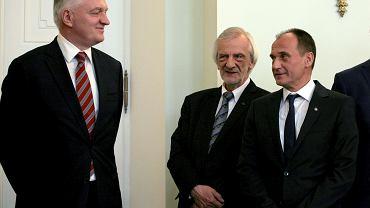 Jarosław Gowin i Paweł Kukiz, w środku: Ryszard Terlecki z PIS.