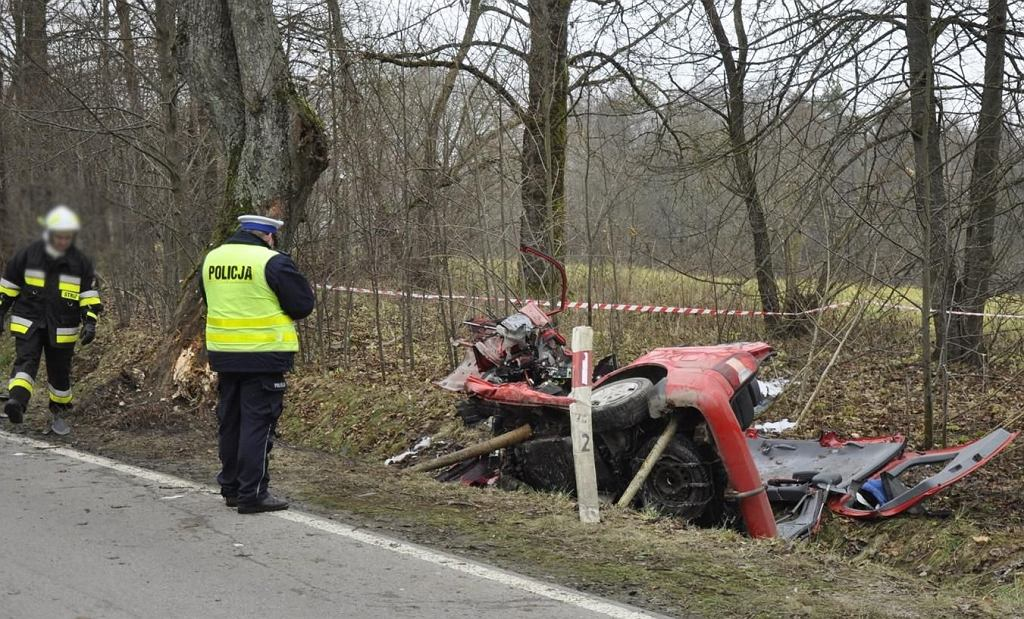 Samochód na trasie Boćwinka-Surminy uderzył w drzewa. Kierowca zginął na miejscu