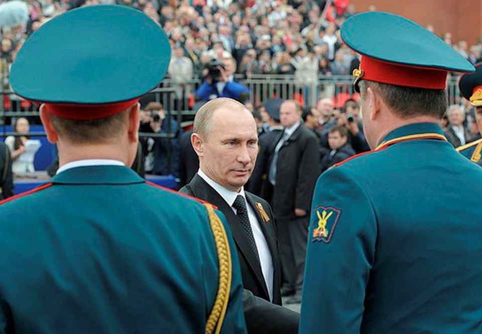 Prezydent Władimir Putin wśród dowódców wojskowych podczas moskiewskiej parady z okazji Dnia Zwycięstwa. Zdjęcie z 9 maja 2012 r.