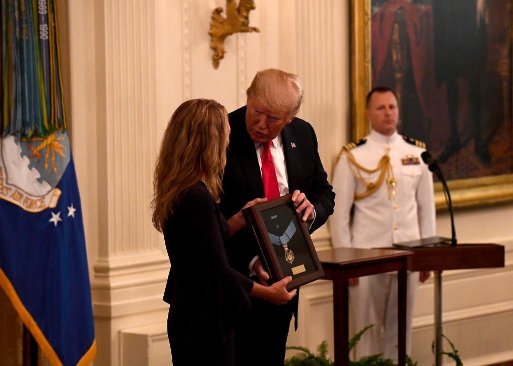 Donald Trump wręczył pośmiertny Medal Honoru wdowie po Johnie Chapmanie, Valerie Nessel