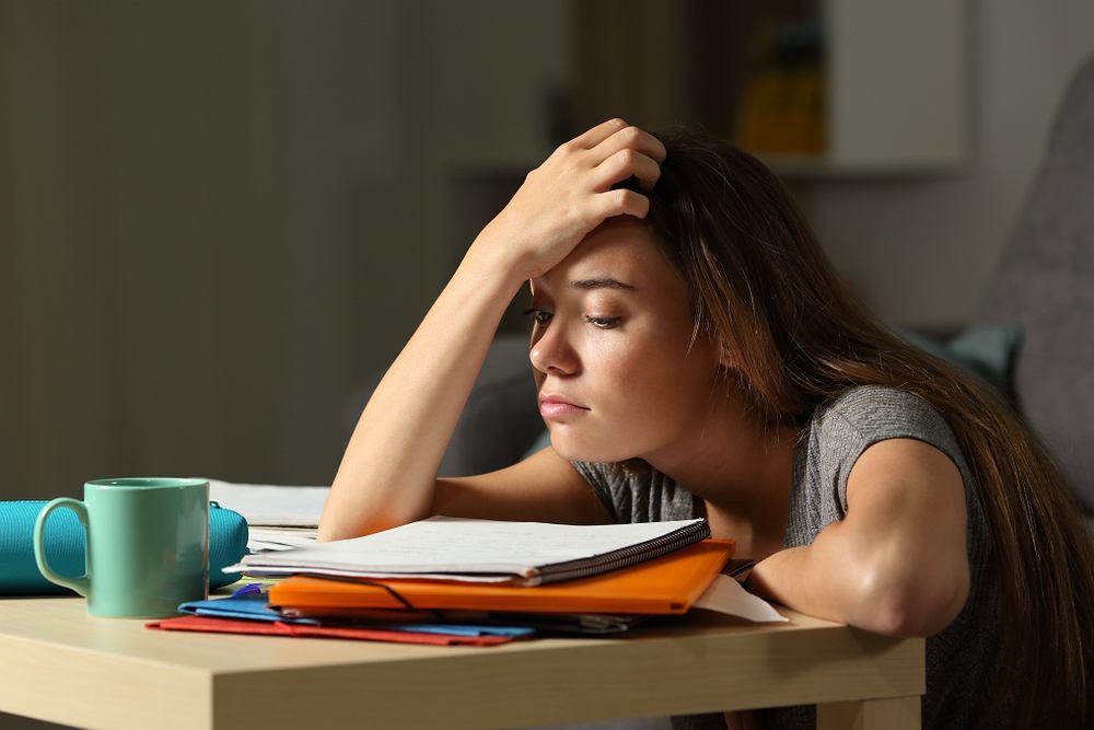 Senność, czyli skłonność do zasypiania podczas czuwania, jest zmorą wielu osób. Utrudnia codzienne funkcjonowanie, wiąże się z niedyspozycją, zmęczeniem i brakiem energii. Jakie są jej przyczyny?