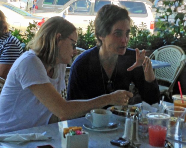 EXCLUSIVE TO INF. ALL-ROUNDER. October 6, 2013: Jodie Foster and her reported new girlfriend, Alexandra Hedison, share breakfast together at Charlie's Pantry in Beverly Hills, California. Mandatory Credit: Chiva/INFphoto.com Ref.: infusla-276|sp|EXCLUSIVE TO INF. ALL-ROUNDER.