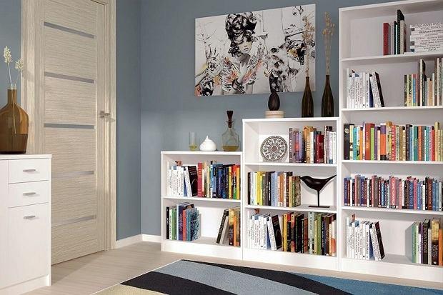 Biała biblioteczka do skandynawskich wnętrz
