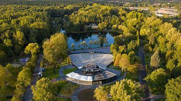 Widok na park im. Jacka Kuronia w Sosnowcu Kazimierzu Górniczym. Na pierwszym planie zmodernizowany amfiteatr Muszelka według projektu pracowni Amaya Architekci. Z tyłu zalew Leśna