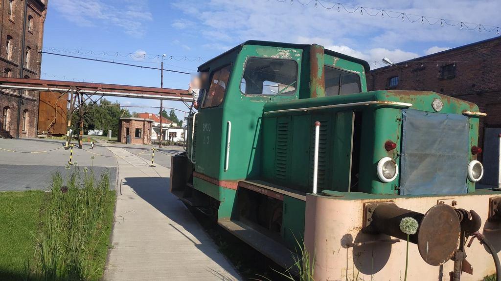 Przed hotelem Cukrownia stoi prawdziwy pociąg.