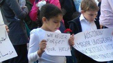 Dzieci uchodźców dziękują Węgrom za pomoc