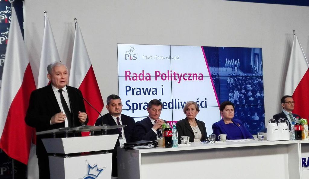 Styczeń 2018 r. Prezes PIS Jarosław Kaczyński i Krzysztof Sobolewski (drugi z lewej) podczas posiedzenia Rady Politycznej Prawa i Sprawiedliwości.