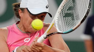 Iga Świątek podczas meczu 1/8 finału Rolanda Garrosa z Martą Kostiuk