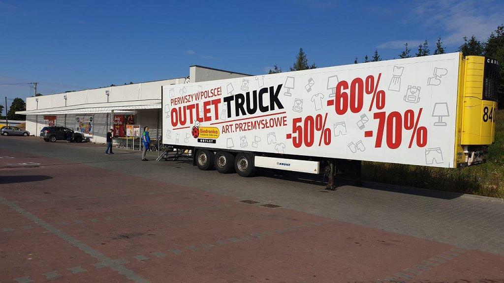 Biedronka posyła w Polsce 'ciężarówki wyprzedażowe' - Outlet Trucki