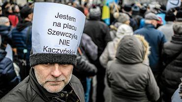 Protest mieszkańców w obronie Placu Wilhelma Szewczyka i nadania mu imienia Kaczyńskich.