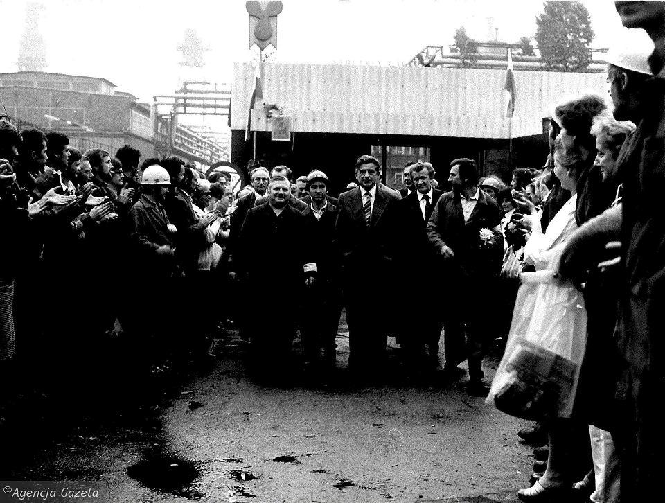 Sierpień '80. Kazimierz Barcikowski z PZPR opuszcza stocznię po negocjacjach ze strajkującymi