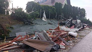 Trąba powietrzna na Sądecczyźnie zniszczyła w różnym stopniu kilkadziesiąt domów i budynków gospodarczych.