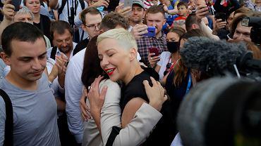 9.08.2020, Mińsk, Maria Kolesnikowa obejmuje Swiatłanę Ciachanouską w dniu wyborów prezydenckich.