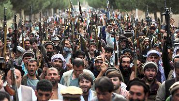 Afgańscy milicjanci dołączają do afgańskich sił obrony i bezpieczeństwa podczas spotkania w Kabulu w Afganistanie, środa, 23 czerwca 2021 r