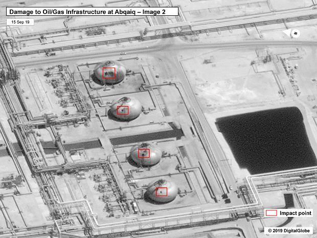 Zbliżenie na otwory w zbiornikach, wybite przez rakiety/drony