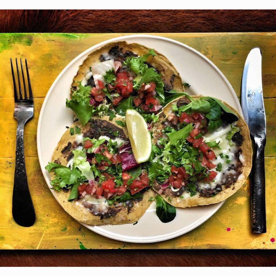 Tortille z pastą z czerwonej fasoli, restauracja La Sirena /