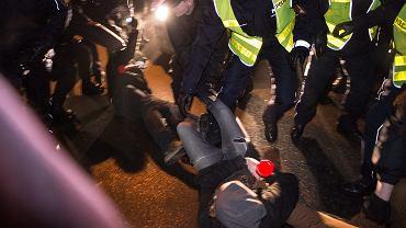 Noc z 16 na 17 grudnia 2016. Część uczestników manifestacji przed Sejmem blokuje wyjścia z parlamentu. Próbują zatrzymać samochody, którymi ok. trzeciej nad ranem opuszczają Sejm Jarosław Kaczyński i Beata Szydło. Dochodzi do starć z policją.