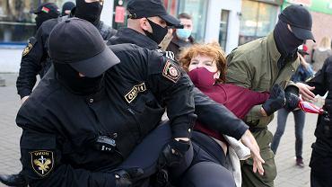 Funkcjonariusze OMON-u zatrzymują kobietę podczas demonstracji, Mińsk, 19 września 2020 r.