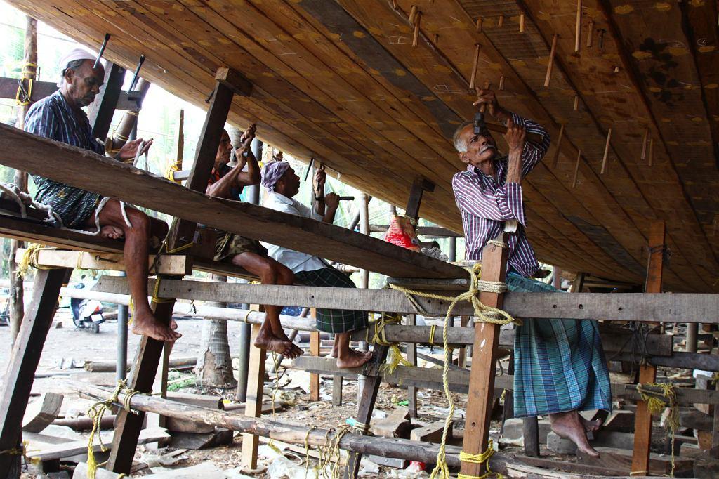 Budowa łodzi dau w Bejpurze. Miasto położone na południe od Kalikatu słynie z tej sztuki od tysiąca pięciuset lat (fot. Anna Janowska)