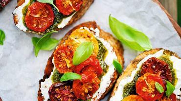 Grzanki z suszonymi pomidorami, pesto i twarożkiem