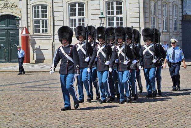 Zmiana warty pod Pałacem Amalienborg to jedna z darmowych atrakcji Kopenhagi