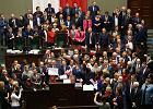 Awantura w Sejmie. Opozycja okupowała mównicę. Pod parlamentem demonstracja tysięcy ludzi. PiS przeniósł obrady i uchwalił budżet