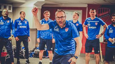 Raków wins, Marek Babszon is crazy without a shirt.  Beautiful joy in the toilet [WIDEO]