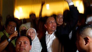 Anwar Ibrahim z żoną wychodzą z sądu