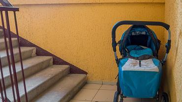 Wózek na klatce schodowej